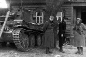Major Baur und General Schmidt mit dem Führer der Sturmgeschützabteilung
