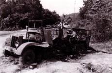 vernichteter Lastwagen bei Monthermé