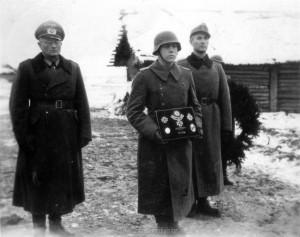 Generalleutnant Schlüter (Links) am 07.12.1943 bei der Beerdigung von Major Helmling in Kononowka