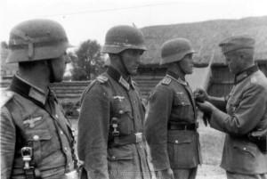 General Schmidt zeichnet Oberleutnant Vincon aus