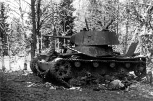 Ein abgeschossener Sowjetpanzer am 15.10.1941 bei Kaluga