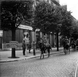 Vorbeimarsch in Dijon, zu Pferd Major Bracher, Kommandeur II. / IR 460