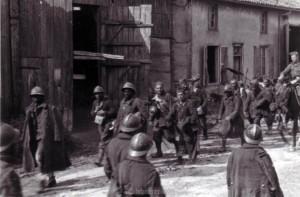 Französische Soldaten treten den bitteren Weg in die Gefangenschaft an!
