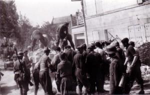 Kriegsgefangene räumen eine Straßensperre