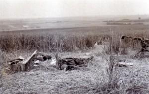 gefallener französischer Soldat an einer Maschinengewehrstellung