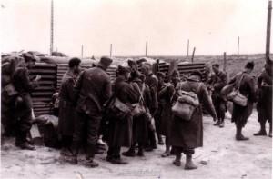 Strassensperre mit Gefangenen vor dem Stabsquartier am 12. Juni 1940