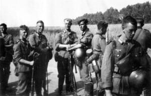 Der Zugtrupp der 5. / Infanterieregiment 480 bei der Rast
