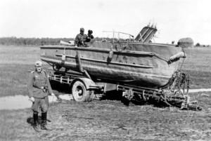 Major Franz Müller bei dem erbeuteten Material