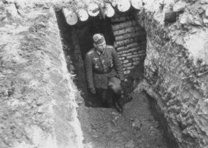 Hauptmann Dr. Gebhardt am Regimentsgefechtsstand