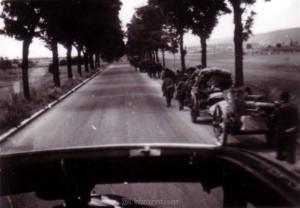 Lange Marschkolonnen entlang der Straßen