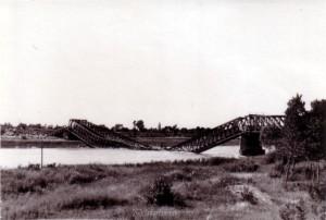 Die am 07. Oktober 1939 durch französischen Truppen gesprengte Brücke bei Neuenburg