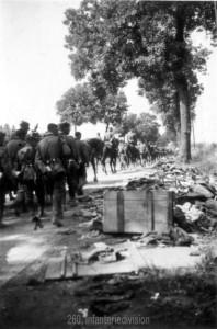 Die Maschinengewehrkompanie des IR 460 auf dem Marsch