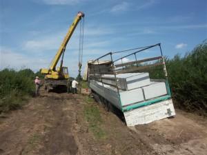Der festgefahrene LKW wird geborgen