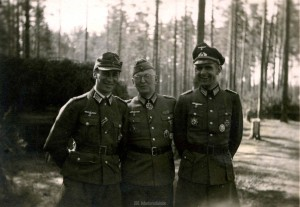 Oberst Dr. Friker in der Mitte