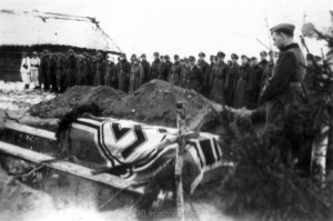 0339 Pfarrer Oblinger bei der Beisetzung Major Helmling am 07.12.1943 in Kononowka