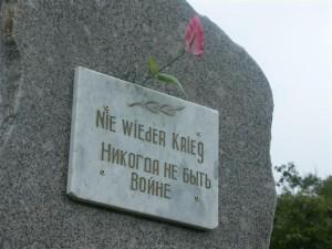 """Gedenkstein einer """"benachbarten"""" Division"""