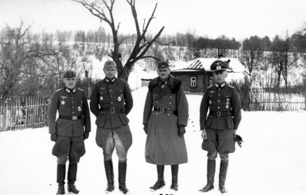 Verleihung desDeutschen Kreuz in Gold am 1.12.1941 (von links: Hptm Müller - Hptm Labrenz - General Schmidt - Oberst Hahm)