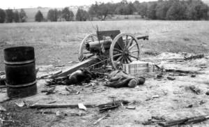 Eine zerstörte sowjetische Feuerstellung bei Wibli