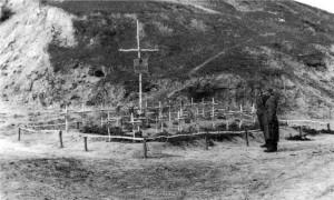 19410902 - Graeber der 31 beim Angriff auf Jatsevo Gefallenen der 9. und 11. IR 480 02