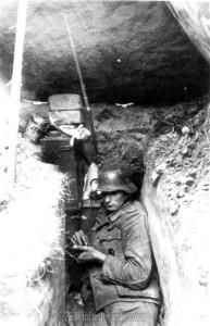 Funker der 7. Batterie des Artillerieregiments 260 im Kampfstand