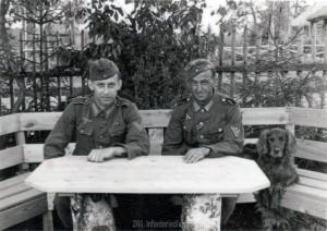 Dieses Foto zeigt meinen Großvater mit Erwin Müller aus Offenbach im Mai 1943