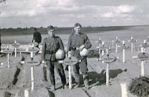 Bei der Beerdigung von Oberfeldwebel Dick, 1. Kompanie / Infanterieregiment 460 im April 1943 - links Kurt Sautter, rechts Hermann Renz