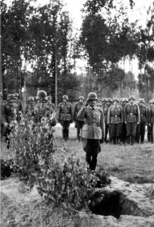 Generalleutnant Schmidt, der Divisionskommandeur, nimmt Abschied von Hptm Vidal, gefallen am 18. August 1941