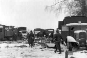 Der Tross des Divisionsstabes nach dem Überfall bei Nedelnoje am 28.12.1941