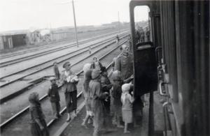 bettelnde Familien auf der Fahrt nach Osten