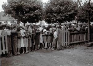 19410715 Brotverteilung an Juden in Kleck 01