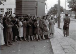 19410715 Brotverteilung an Juden in Kleck 04