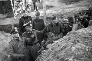 Im Laufgraben am 01. Dezember 1939, von links: Generaloberst von Brauchitsch, Generalleutnant Schmidt, General Dollmann und Major Franz Müller (mit Helm)