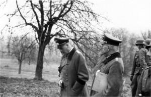 Gen Dollmann und OTL Schmidt bei der 2. / AR 260 am 18.11.1939