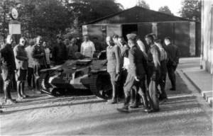 0120 Vorführung eines erbeuteten französischen Panzers in Si_1