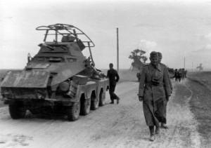 0086 General Schmidt neben einem Sonderkraftfahrzeug 231_1