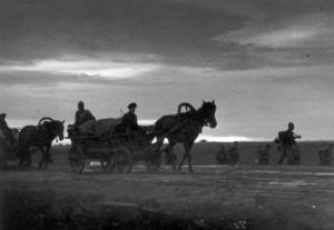 0090 Zivilisten transportieren das Gepäck der Infanterie_1