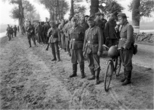 0123 Stab I. IR 470 mit Gefangenen - mit Rad SanFw Bechtel_1
