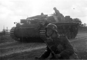 0303 II. IR 470 im Angriff durch Sturmgeschuetze unterstuetz_1