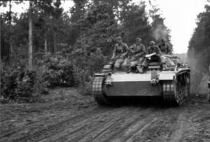 0304 II. IR 470 im Angriff durch Sturmgeschuetze unterstuetz_1