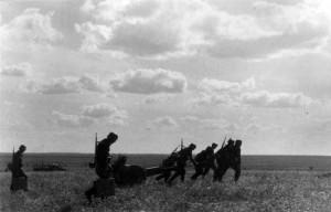 0328 leichtes Infanteriegeschütz wird in Stellung gebracht_1