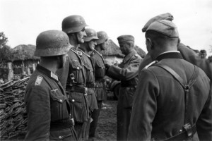 0343 Gen Schmidt zeichnet Soldaten des II. IR 460 aus_1
