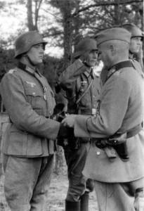 0357 Gen Schmidt zeichnet Soldaten des IR 480 aus_1