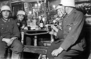 0193 Weihnachten 1942 bei der 2. PiBtl 653 - 2. von links Kurt Breuning_1