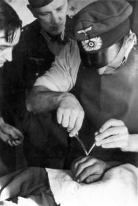 0272 Oberarzt Dr. Winkler bei der Behandlung von Splitterverletzten_1