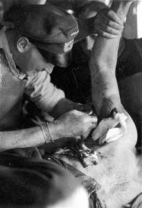 0273 Oberarzt Dr. Winkler bei der Behandlung von Splitterverletzten_1