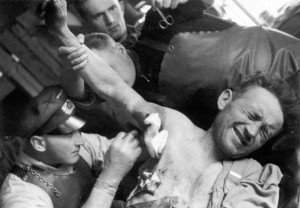 0274 Oberarzt Dr. Winkler bei der Behandlung von Splitterverletzten_1
