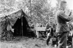 0278 Ständchen im Wald von Dubrowa bei der 4. AR 260 - am Tisch Lt Bierbrodt und Olt Schröder_1