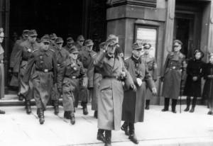 0316 vorn Oberst Friker und Hptm Vincon im November 1943 in Stuttgart - dahinter OG Foldenauer mit RK_1