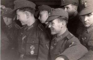 0320 mit Ritterkreuz OG Foldenauer - ganze Rechts Albert Schober - bei Daimler Benz im November 1943_1