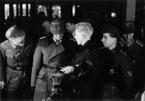 0322 mit Ritterkreuz Oberst Friker bei Daimler Benz im November 1943_1